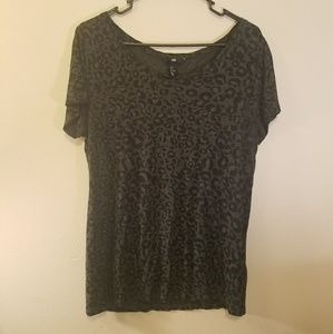 H&M black and gray lepard print tee