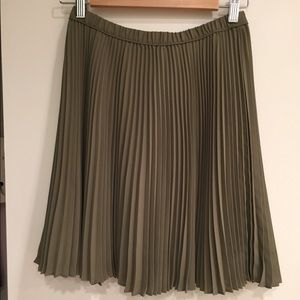 Banana Republic olive green pleated skirt. Size 2