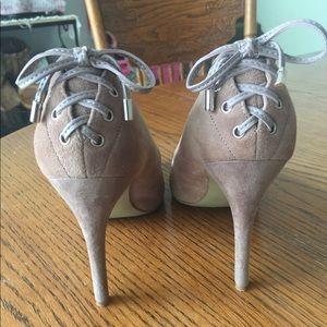 Nine West taupe suede heels with ribbon accent