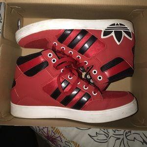 Adidas hard court hi j big logo sneaker