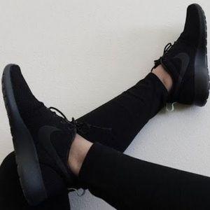 Nwt Nike Roshe triple black
