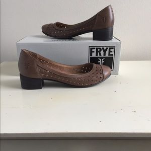FRYE Carson Perf Low Ballet Heel, Fawn Brown