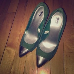 NEW silver cap toe green pumps