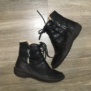 UGG // Black Leather Lace Up Boots w/ Fur Lining