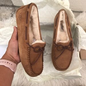 UGG AUTHENTIC WOMENS MOCCASINS Sz 7 New