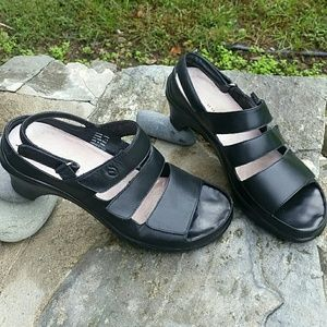 Woman's 7.5 Aravon black leather sandals
