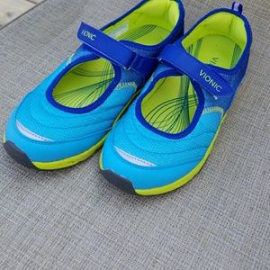 Vionic  outdoorsy shoes  size 9 size runs big.