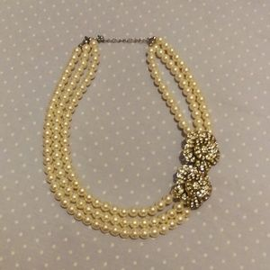Jewelry - Pearls with rhinestones flower accent