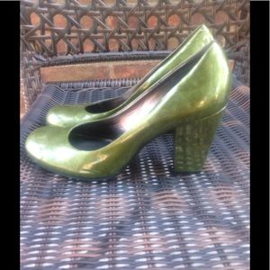 Vince camuto patent green pumps size 7.5