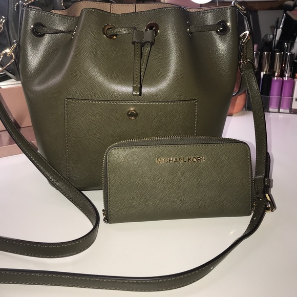 0fe1d4e3a188 Michael Kors Olive Green Bucket Purse   Wallet !❤ .  M 59cc47274225be96e7003a6f