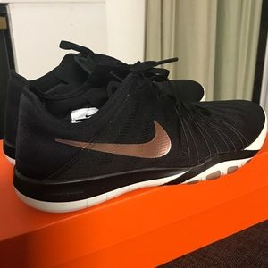 002ffdcde6f2 Shoes - Women s NIKE FREE TR 6 • Worn once!