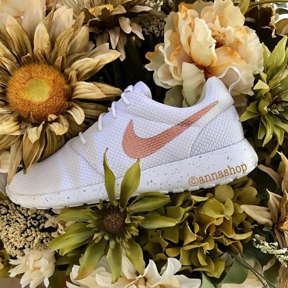 503452fd050e NWT Nike ID Roshe One rose gold swoosh white. M 59cd32e45a49d0beda02dfe4