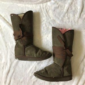 Brown Emu sheepskin boots.