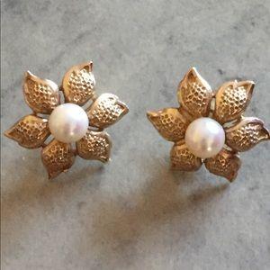 Jewelry - Faux pearl flower earrings