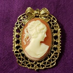 Jewelry - VINTAGE Cameo Brooch