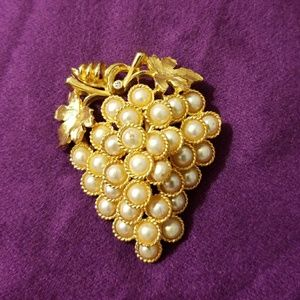 Jewelry - VINTAGE Grapevine Brooch