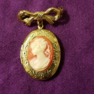 Jewelry - VINTAGE Cameo Brooch Locket