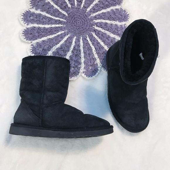 64d060175453 Black Short UGG Boots Size 7. M 59ce5306ea3f36079c00a029
