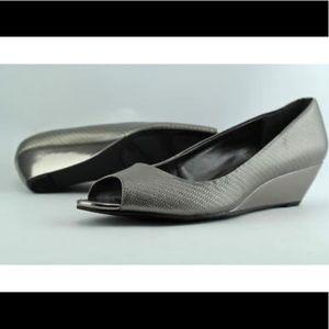 🛍Alfani size 11 peep toe wedge in silver and bone