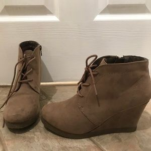 Shoes - SOLD LOCAL 🎉 NWOT!! Suede Booties
