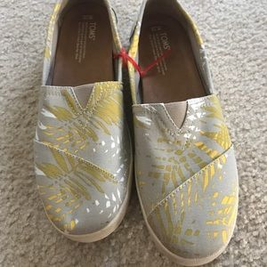 New Toms size 10 taupe yellow cream