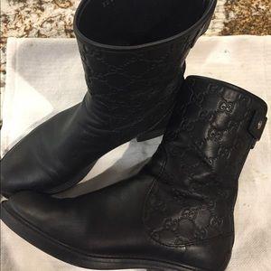 Gucci boots with emblem