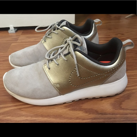 f173bdc369aa3 Nike Roshe One Premium Suede with shoe protector. M 59d7d6346802782fb40169f9