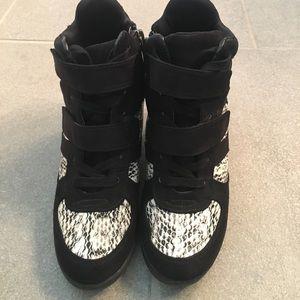 1 DAY SALE‼️‼️ Simply Vera Wang wedge sneakers