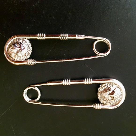 46975daaa86c Authentic Versus Safety Pin broche