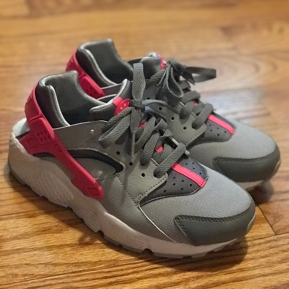 1700501fb0 Girls Nike Huarache Run Sneakers Size 5.5. M_59db80f299086a6e9c037e2c