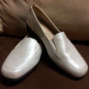 Leather Hush puppies in opalescent winter white