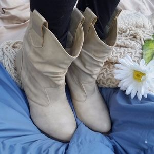 Charles Albert Shoes - Oat Colored Heeled Slouchy Ankle Boots Size 8