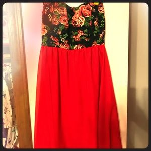 Dresses & Skirts - Strapless red dress with flowers