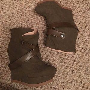 Shoedazzle olive wedges