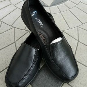 Hush Puppies: Black Leather Loafers
