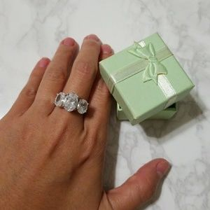 Jewelry - New 3 stone-ring