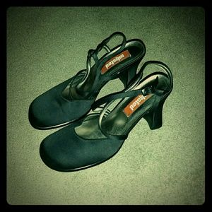"Black 3.5"" round, closed toe heel"