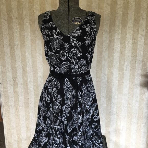 LOFT Dresses & Skirts - LOFT petite black and white sleeveless dress