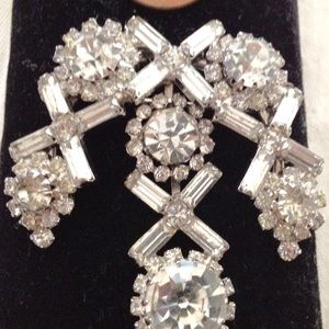 Jewelry - Rhinestone stunning pin dangle