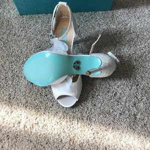 Blue by Betsey Johnson Sadie ivory lace t-strap 💍