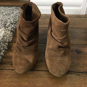 fd7697e652d Steve Madden Shoes - Steve Madden • Tan Suede Ollie Booties