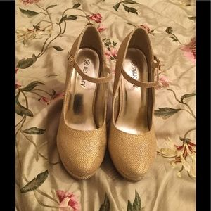 Shoes - Delicacy gold heels