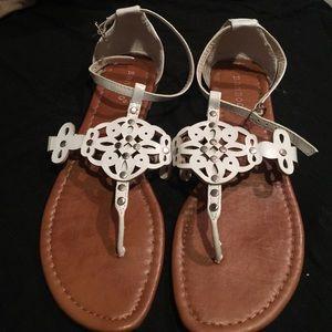 White flats/thong/sandals