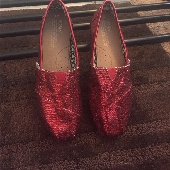 c48a4aa26ca Tom s Glitter Shoes 👞 Red Women s Size 7. M 59e265e68f0fc4ca93028352