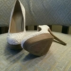 Nine West ivory lace platform heels size 9 1/2
