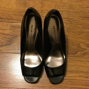 Cute little simple peep toe black pumps 👠