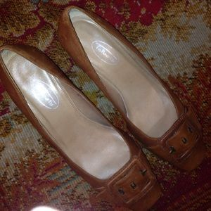 TALBOTS TAN SIZE 8 WITH  2.5 INCH HEELS