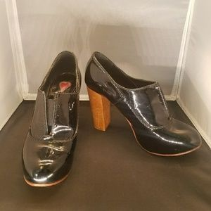 CHLOE black patent leather Oxford heels, size 7.5
