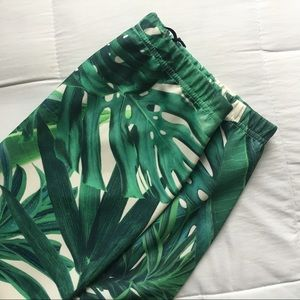 ✨SALE✨NEW: Tropical 🌴 Leaf Print Mini Skirt