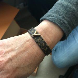 7178b2a8169 Louis Vuitton Essential V Bracelet NWT